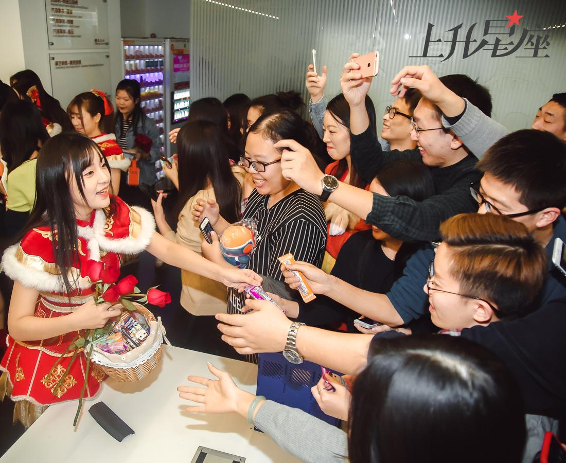 00后粉丝不是韩流组合的专利,BEJ48也有很多,女孩子爱美爱漂亮的也会喜欢BEJ48,和她们一起学化妆打扮穿衣服、唱歌跳舞不负青春。这个可以让70后和00后都一团和气、平时搞基玩耍毫无年龄代沟的组合也很神奇啊!