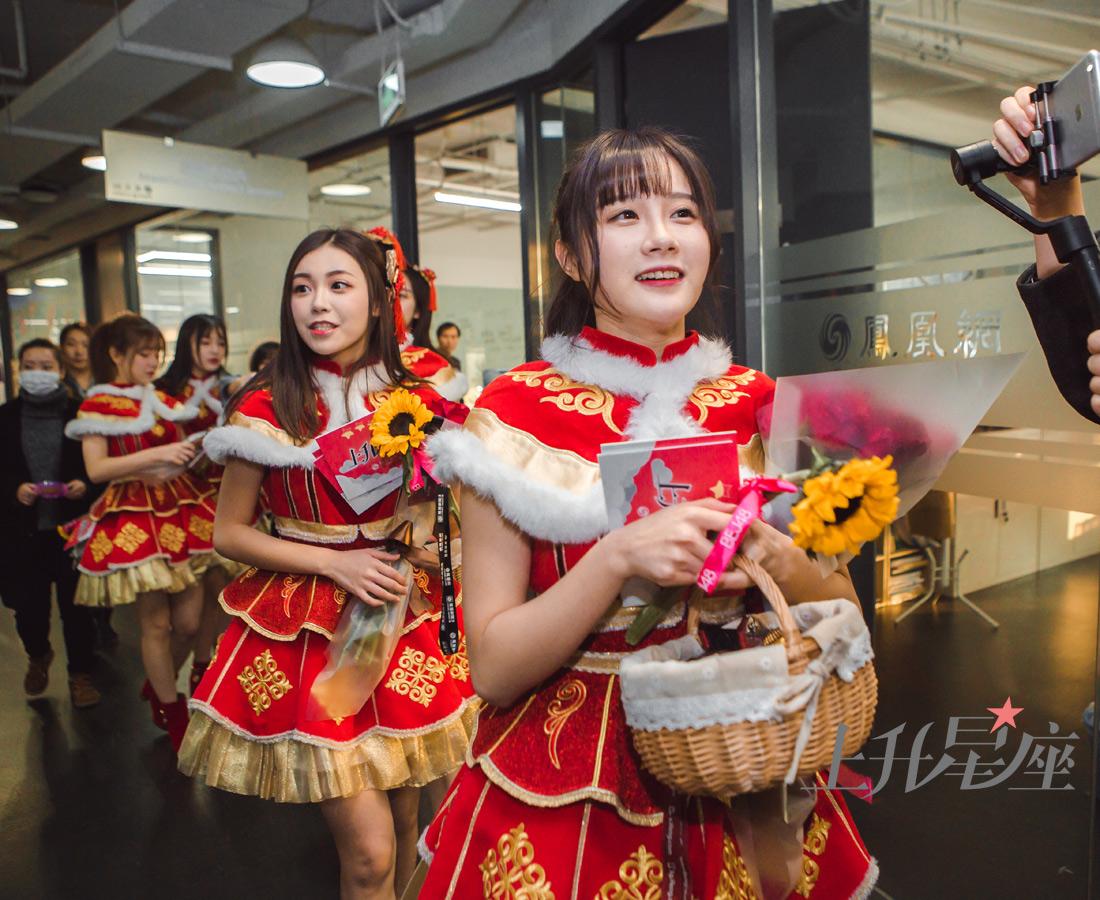 美少女们拿着鲜花、巧克力、玩偶,以及特别准备的BEJ48限量台历,逐一拜访了凤凰网各个楼层,所到之处都是满满的派对气息。