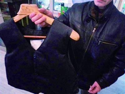 男子因前妻赌博离婚后背债240万 每天穿防弹衣