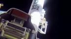 UFO急速略过空间站 宇航员伸手挡住
