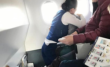 乘客害怕 空姐跪地环抱乘客15分钟
