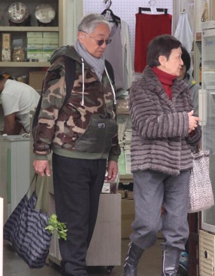 """82岁""""黄药师""""陪妻子买年货 老夫老妻显恩爱"""