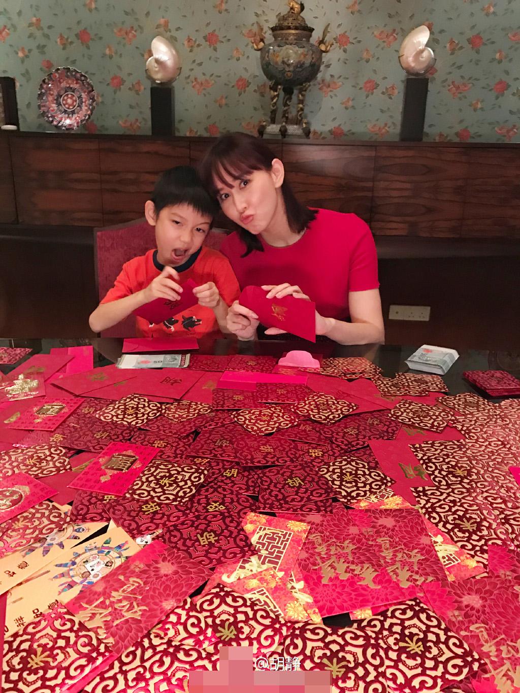 """壕!""""阔太""""胡静过年穿得红红火火 红包摊了一桌子(图)"""