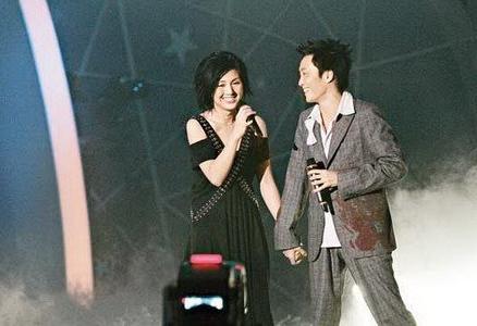 分手18年再同台 老婆看着郑中基和杨千嬅抱在一起