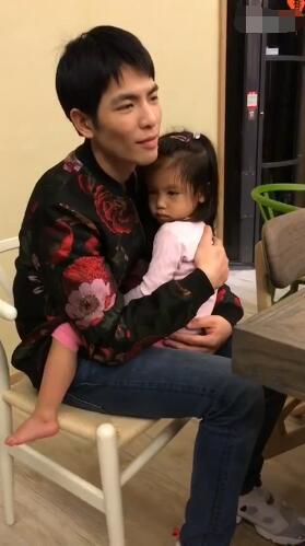 萧敬腾抱林熙蕾女儿 网友:未来的女儿奴!
