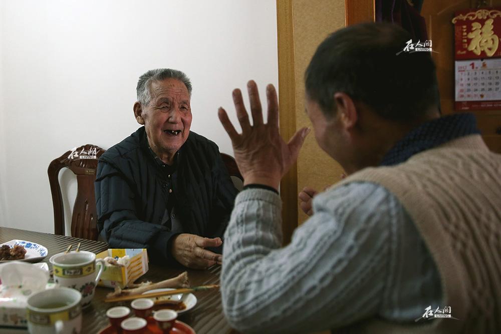 大年初二,奶奶的几个侄子来家里拜年。爷爷起了兴致跟他们划起了拳,还能一口气赢五六个酒。这是过年几天来,老人状态最好的一天。