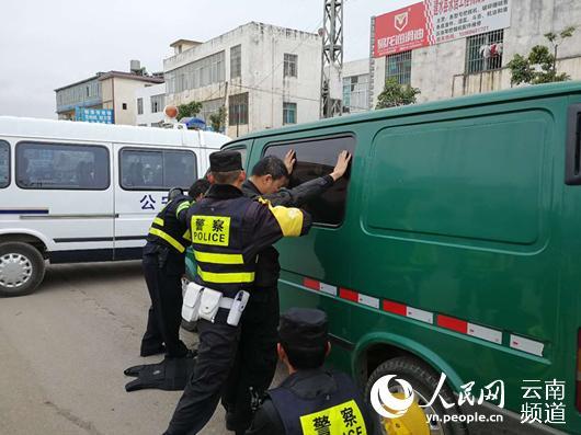 云南运钞员上路被查 枪指警察要求出示执法证(图)