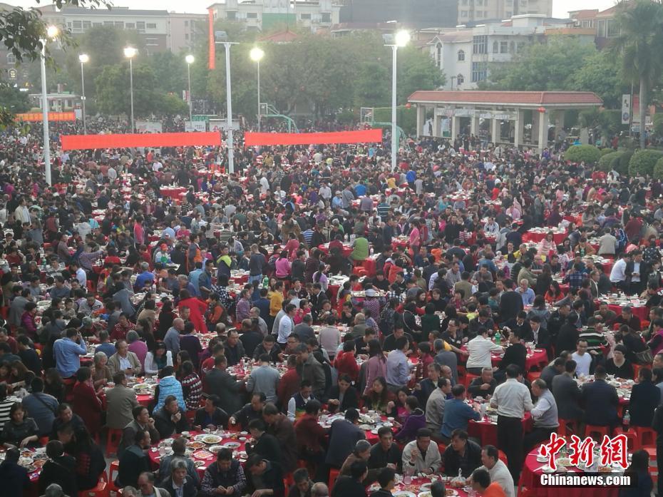 """广东东莞""""万人宴""""摆2100多桌"""