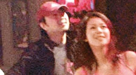 崔健陪小28岁女友逛街 女方仅比其女儿大3岁