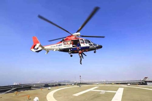 直升机我们走 青岛旅游集团直升机海上救援受伤船员