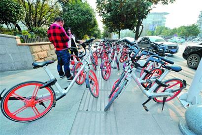 共享单车占用人行道 治理乱停乱放路在何方