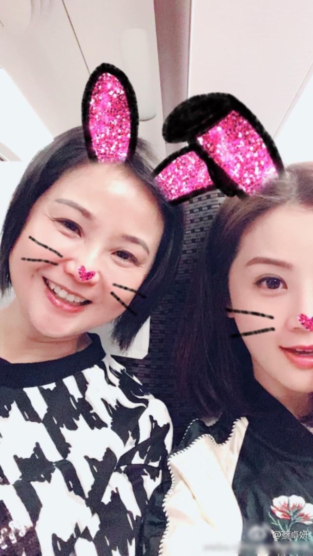 蔡卓妍晒与妈妈搞怪自拍 两人合影似姐妹