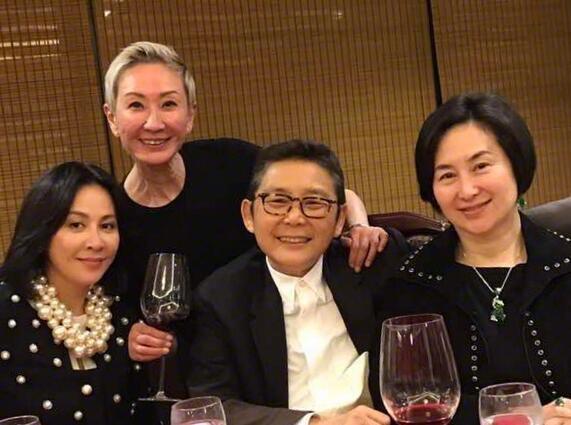 刘嘉玲庆施南生获奖 何超琼与绯闻女友罕见同框