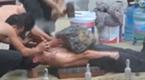 这不是街头卖艺 这是越南警察训练汇报表演
