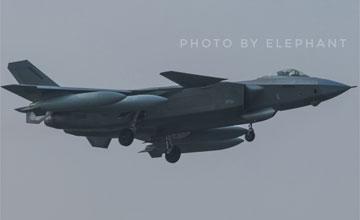 歼-20换新迷彩马甲 双机编队挂8个副油箱极限飞行