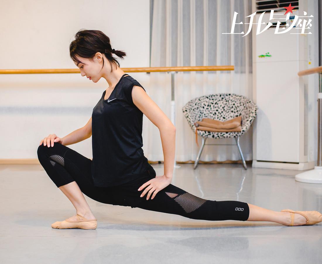 """6岁时跟着父亲学习跳舞,10岁时考入了上海舞蹈学院,之后,金晨还考入了北京舞蹈学院,08年还参加过北京奥运会开幕式的表演。2009年,当她还是学生时就在第九届""""桃李杯""""舞蹈大赛中表演傣族舞《花儿》并获得优秀表演奖,成绩斐然。"""