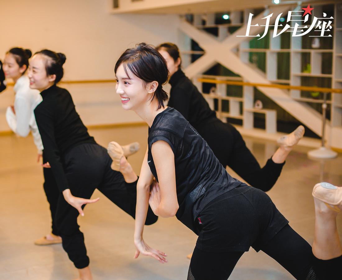 当天在广源大厦SKY天空艺术创意中心舞蹈教室的10层,还有一群要准备艺考的学生,金晨很快跟她们打成一片,交流的方式也是从舞蹈开始,不仅现身传授心得和练习技巧,还为妹子们接下来的考试加油打气。