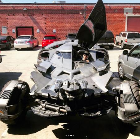林俊杰晒蝙蝠车 称要上班假装蝙蝠侠(图)