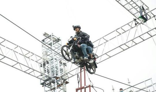 田亮骑摩托走钢索遇大风 高喊:我还活着