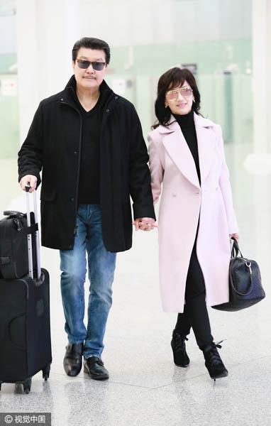 63岁赵雅芝与老公手牵手现身机场