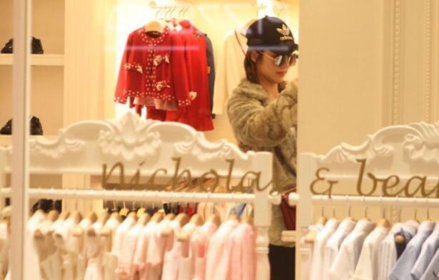 王祖蓝要当爸爸了?老婆李亚男逛婴儿用品店看衣服