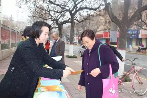 活动现场,杨凌有关单位工作人员在宣传地点悬挂宣传横幅,设立宣传展板