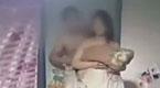 实拍:男子带好友闯入前妻家 扒其衣拍不雅视频