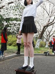 """南京:美女为拍美照""""上凳子"""""""