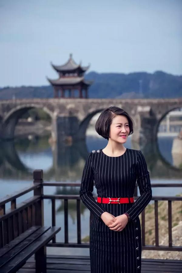 安徽女镇长拍写真走红:问心无愧,宣传效果很好,书法,题字,题匾,名家,真迹,cntizi.com
