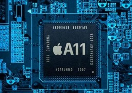 不管iPhone 8今年怎么升级,搭载全新的A11处理器没什么悬念。据台媒报道,苹果A11处理器将从下个月开始正式量产。 经济日报报道称,A11处理器的量产速度非常快,到7月份就会备货5000万颗,这也是在一定程度上预示着新一代iPhone也将从7月份开始备货。 另外,到今年年底前,台积电将为苹果代工1亿颗A11处理器,这么多的订单基本人也意味着苹果非常看好新一代iPhone的销量。 关于A11处理器,曝光的消息显示它将采用多核架构设计,指令周期、功能、功耗都都会比A10处理器表现更好,很可能成为苹果在A