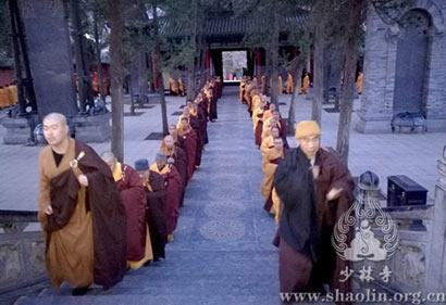 少林寺方丈释永信率众扫塔祭祖 缅怀历代祖师