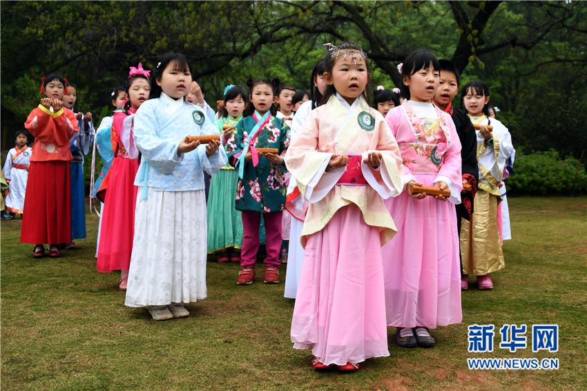 武汉小学生着汉服诵新闻小学生古诗手抄报图片