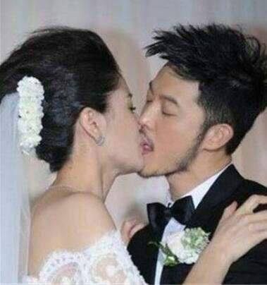 胡可沙溢婚礼旧照曝光,一个动作让网友集体笑翻