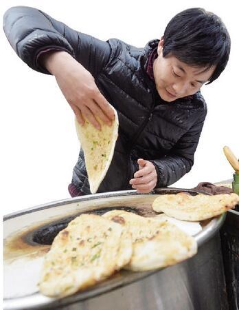 炕饼挑重担 执法助经营 - wangxiaochun1942 - 不争春