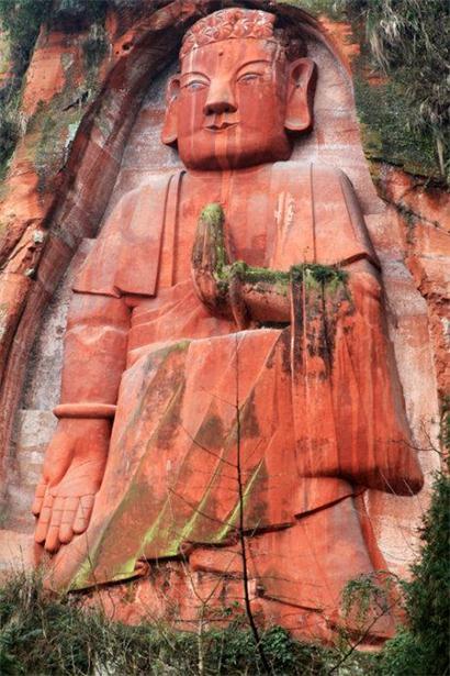 在宜宾市屏山县龙华镇八仙山上,有一尊高达32米的立佛,被称为龙华