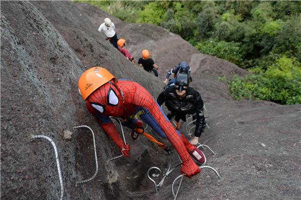 超级英雄们正在石牛寨悬崖攀岩