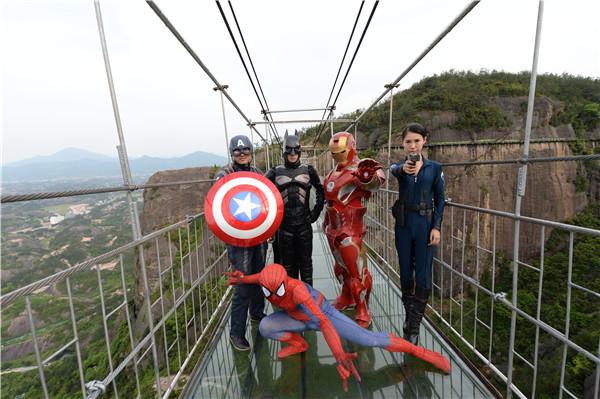 超级英雄们在石牛寨玻璃桥