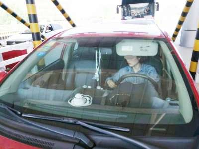 """高速交警严查不系安全带 半数副驾驶""""脱缰""""上路"""