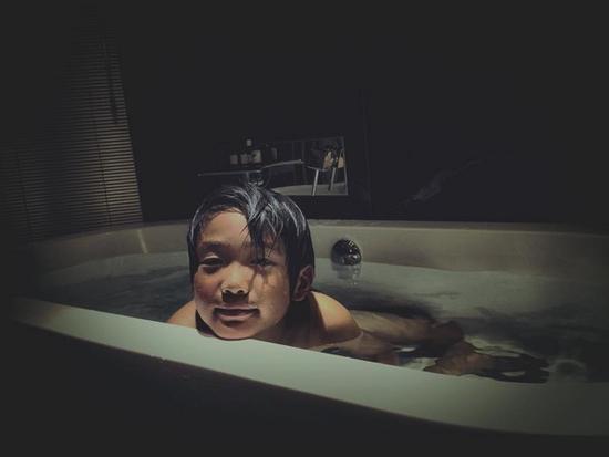 曹格晒8岁儿子出浴照 头发微湿眼神迷蒙男人味足(图)