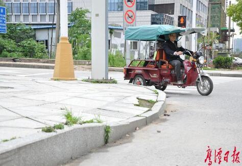 信江新区作为新城区,基础设施相对完善,可是无障碍建设却施工马虎.