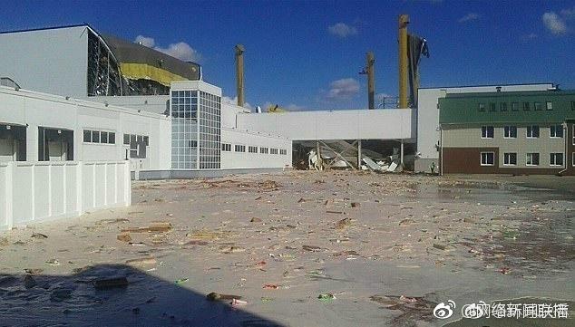 列别姜市百事工厂约300平米房顶坍塌2800万升果汁喷涌流满街道4