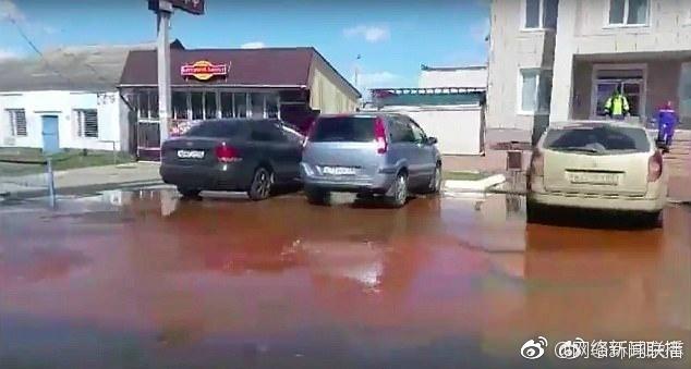 列别姜市百事工厂约300平米房顶坍塌2800万升果汁喷涌流满街道3
