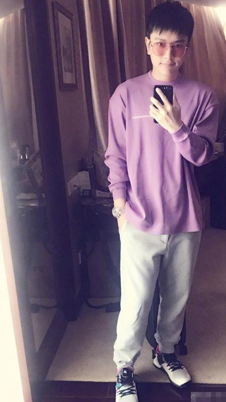 贾乃亮晒自拍侧脸_贾乃亮晒自拍照称又瘦六斤 穿紫色上衣很有精神