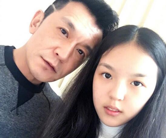 李咏与女儿近照曝光 爷俩眉眼一模一样(图)