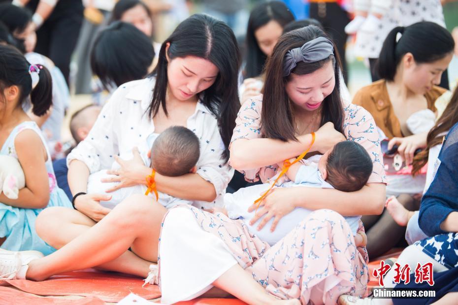 """福州辣妈""""哺乳快闪"""" 倡导母乳喂养"""