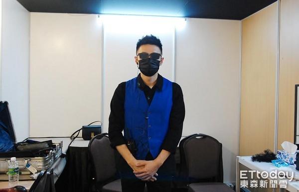 李荣浩乔装成检票员送福利 鼓励歌迷:来嘛别害羞