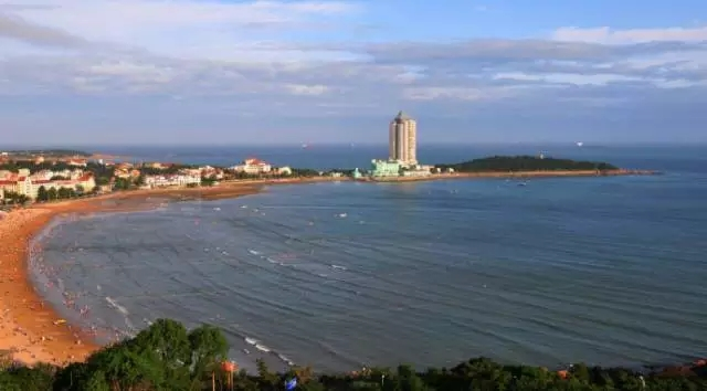 青岛第一海水浴场是汇泉湾当之无愧的标志