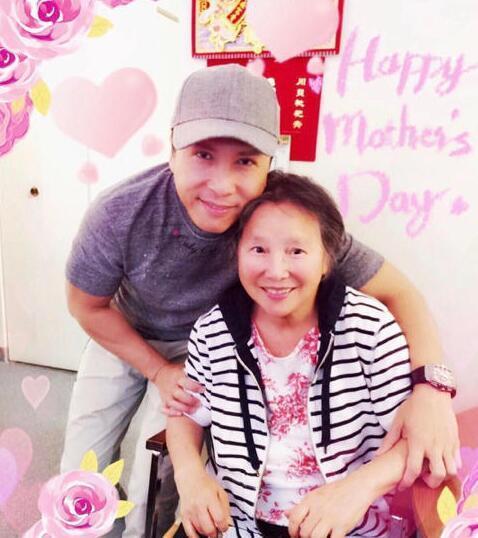 甄子丹拥抱母亲温馨合影 感恩传承一身武艺