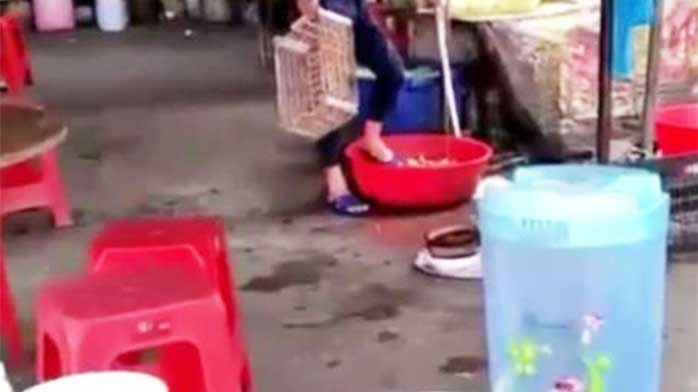 """广东一大排档用""""脚洗菜"""" 食客:见到就想吐"""