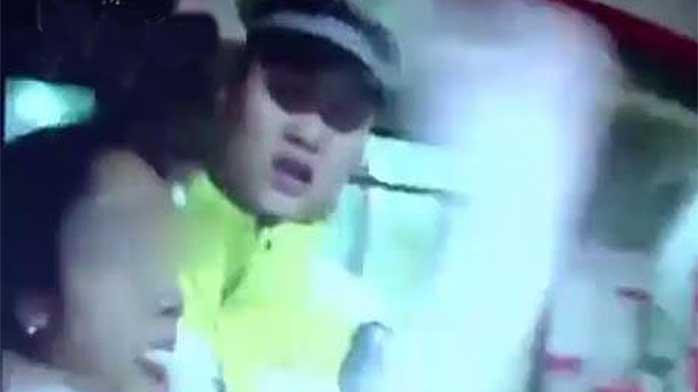 女司机醉驾被查 疯咬交警手指将其拖至女厕